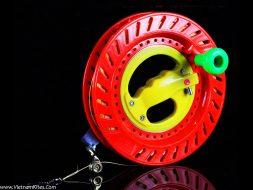 Cuộn nhựa ABS màu đỏ và dây diều